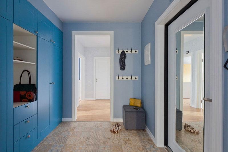 Прихожая с мебелью голубого цвета