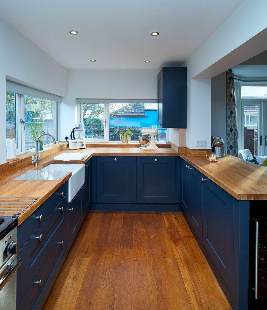 Синяя кухня с деревянными столешницами