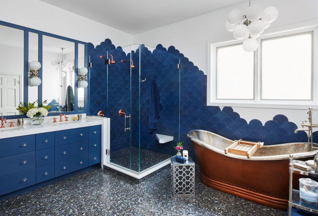 Сочетание белого и синего в ванной