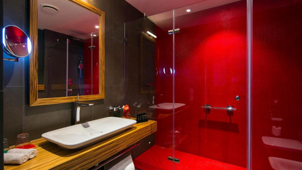 Сочетание красного цвета и дерева в ванной комнате