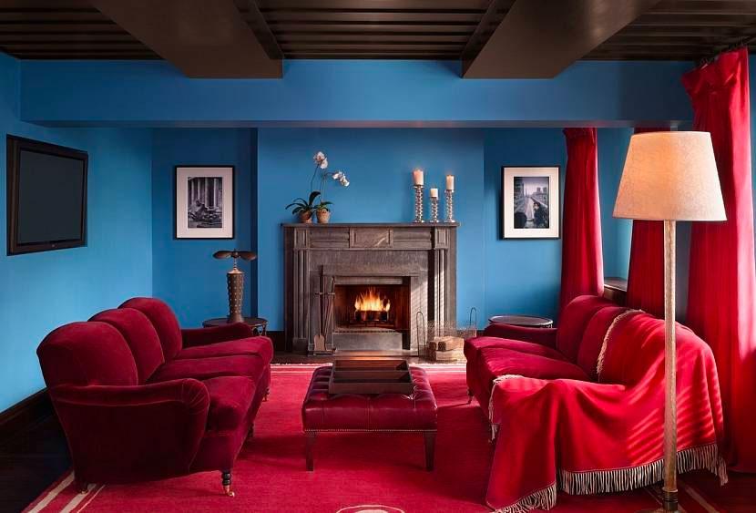 Сочетание красного и синего цвета в гостиной