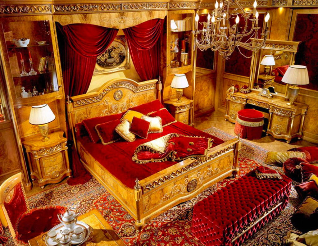 Сочетание красного и золотого цвета в спальне