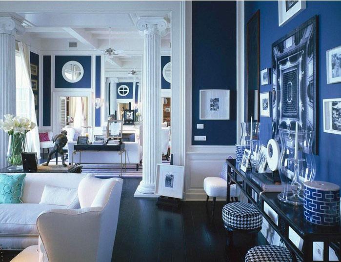 Сочетание синего и белого цветов в интерьере гостиной