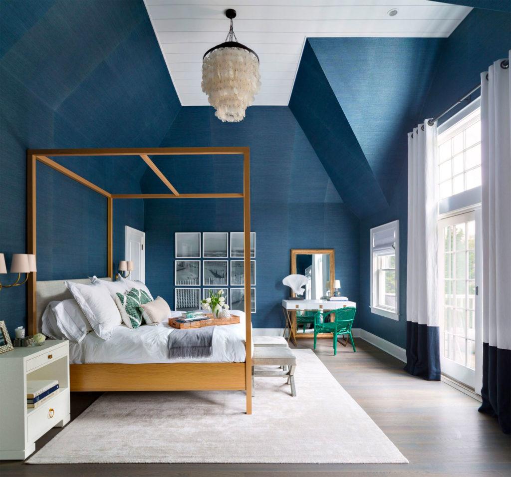 Сочетание синего и белого в спальне