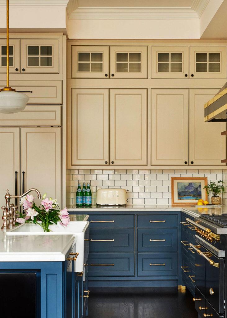 Сочетание синего и бежевого на кухне