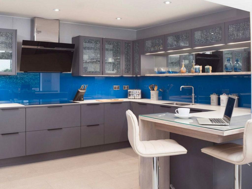 Сочетание синего и серого на кухне