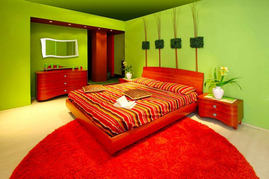 Спальня в красно-зеленых цветах