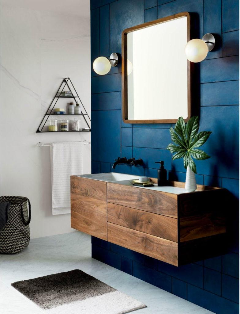 Тумба из дерева в ванной синего цвета