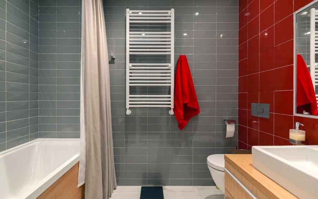 Ванная комната в красно-серых цветах