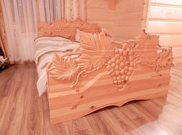 Резная кровать из дерева
