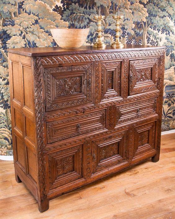Резной шкаф для кухни в английском стиле