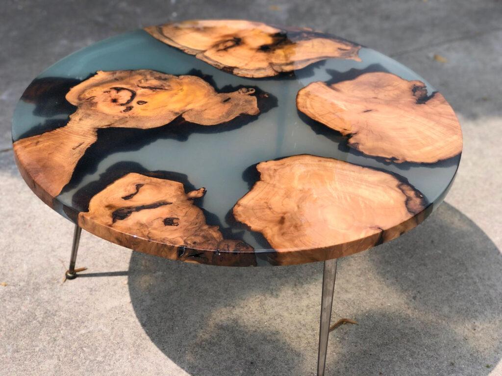 Журнальный столик из ореха и смолы