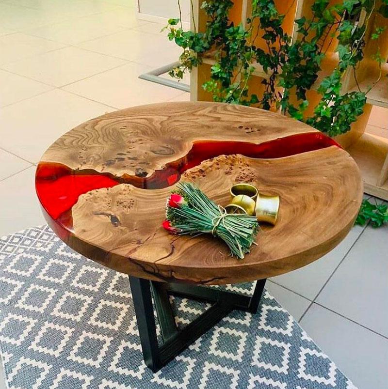 Журнальный столик с красной смолой