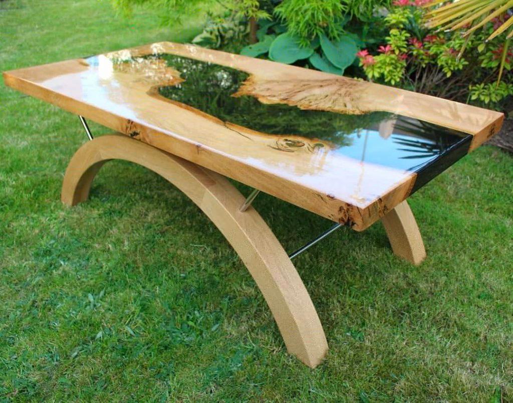 Журнальный столик из дуба и смолы