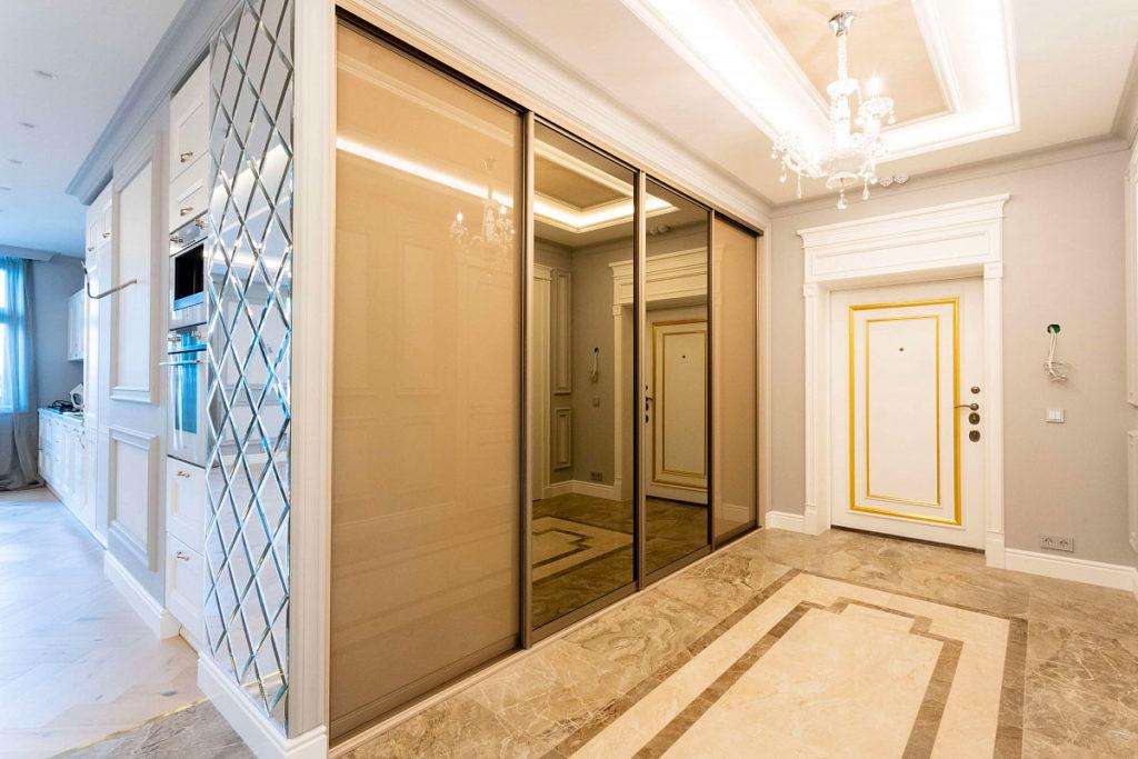 Встроенный шкаф-купе с зеркальными дверцами в светлой прихожей